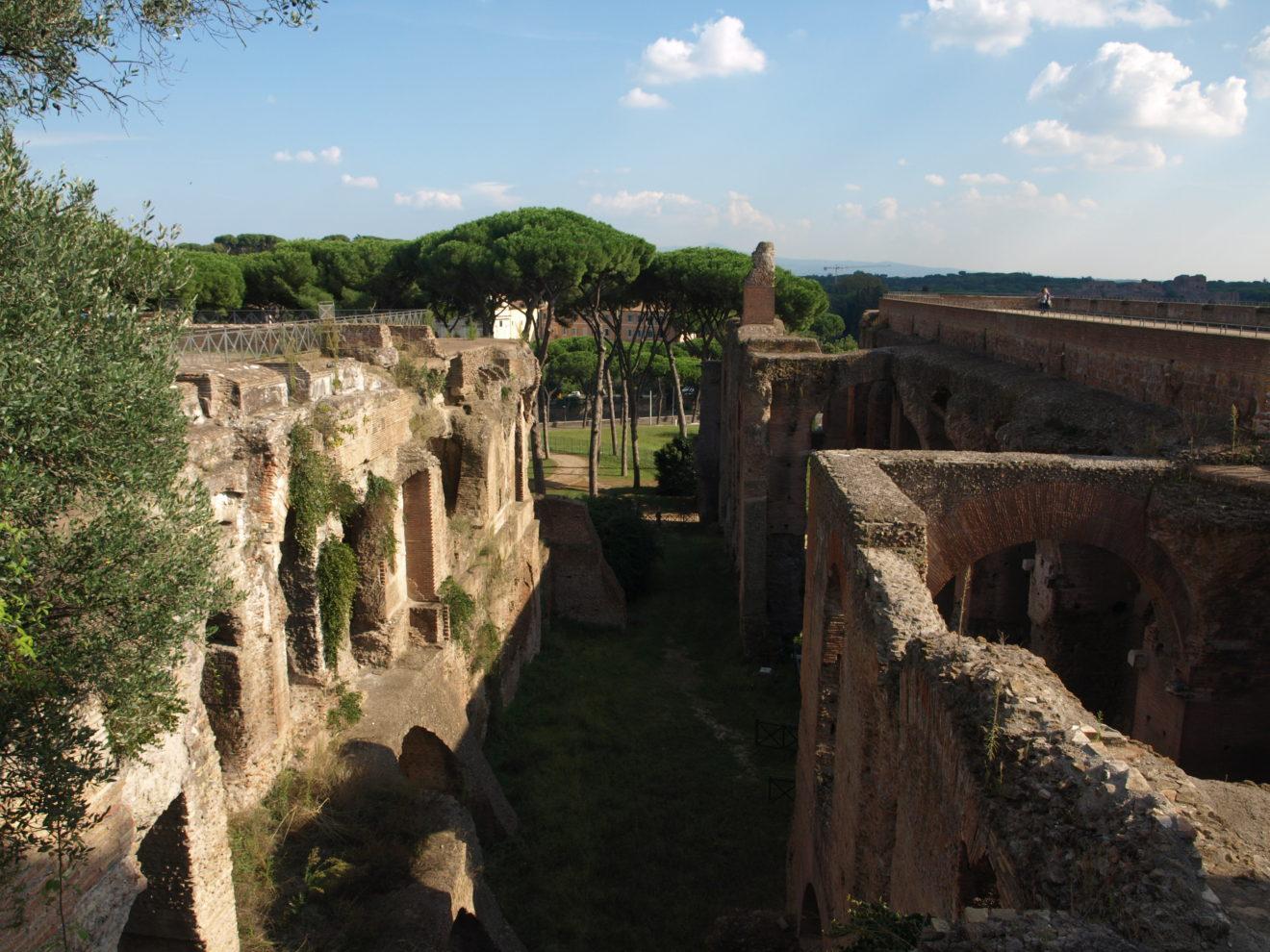 Vestiges du forum Romain avec vue sur jardin