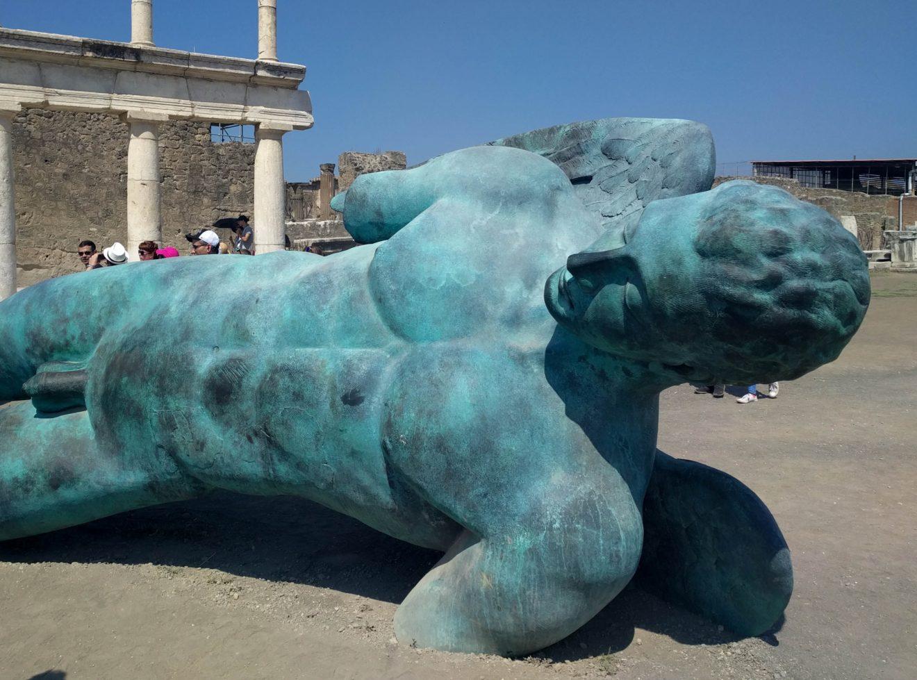 Statue allongée en bronze dans les ruines de Pompeï - Igor Mitoraj