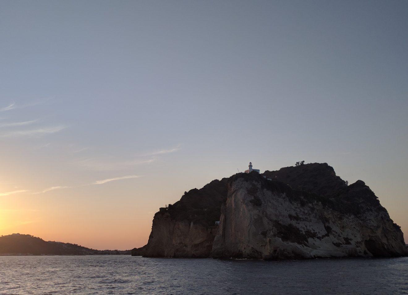Eglise sur rocher le long de la côte amalfitaine