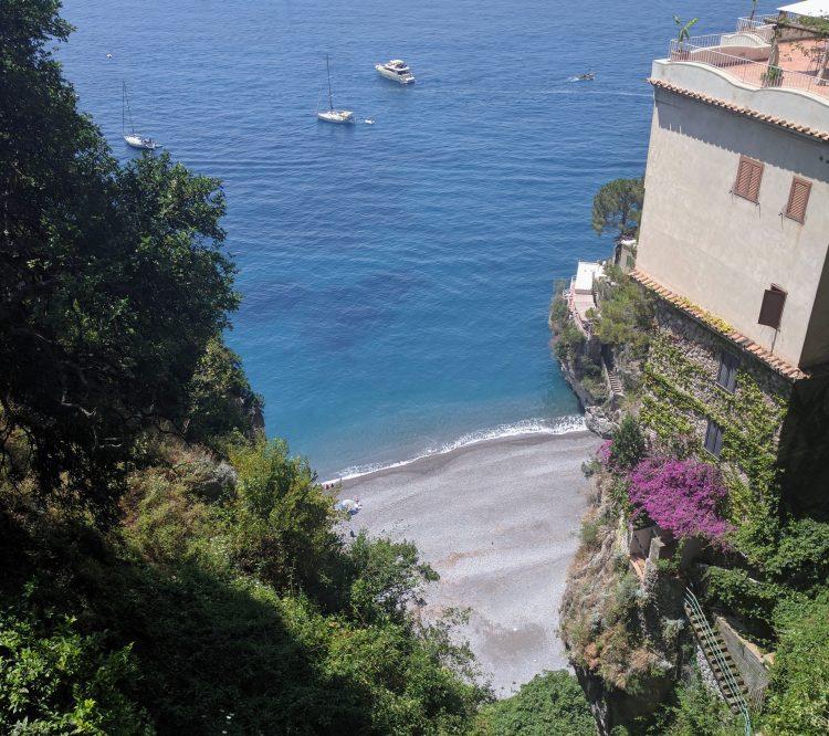 Vue sur une crique de Positano sur la côte amalfitaine