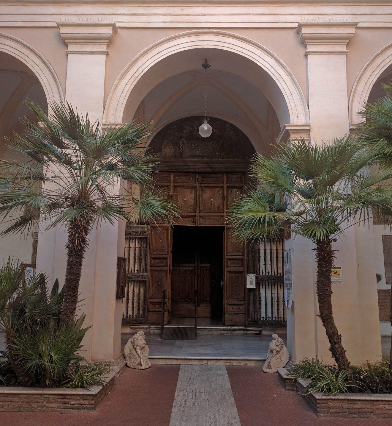 Cour Romaine donnant sur une église