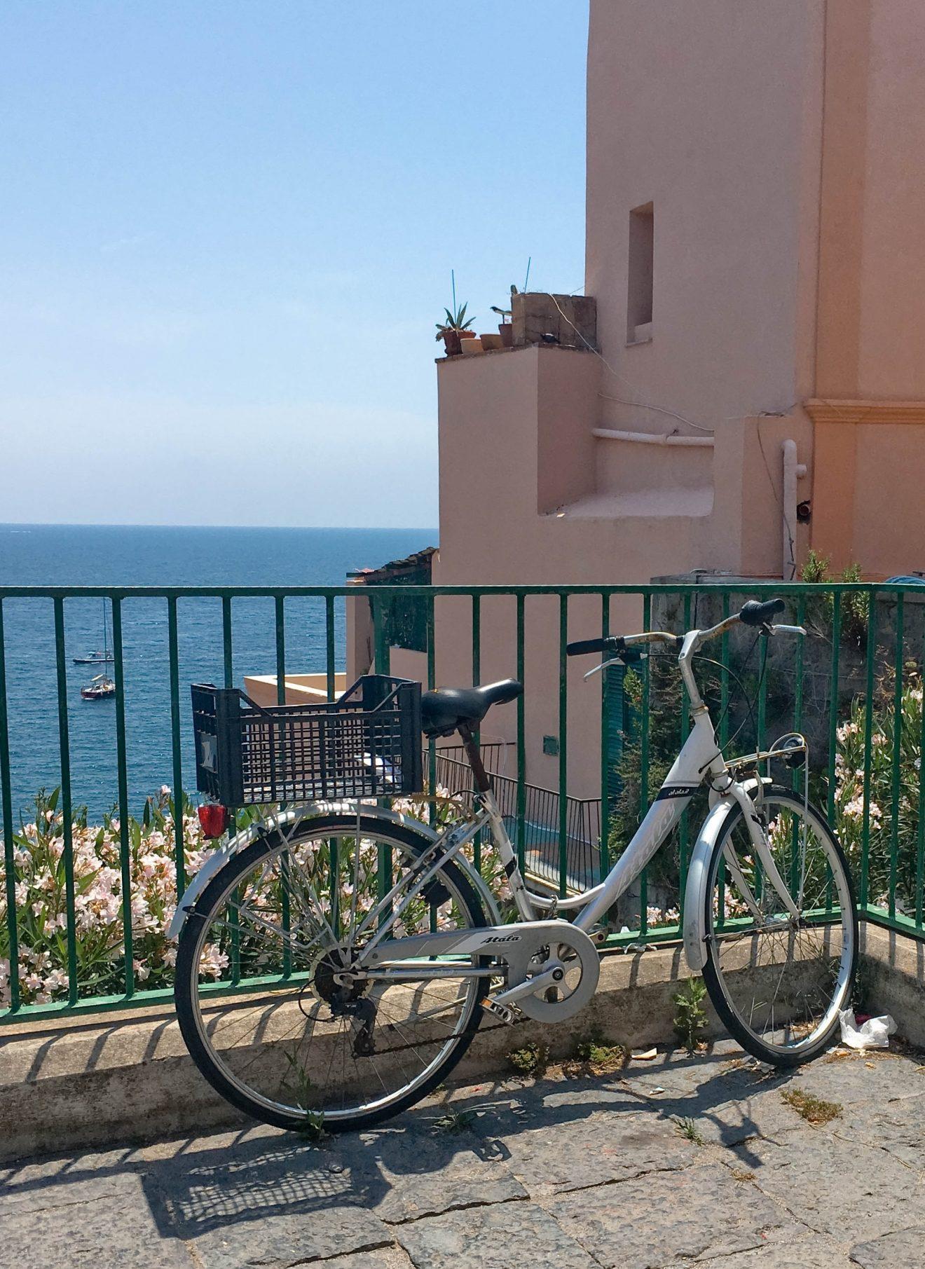 Vélo en face de la mer à Amalfi