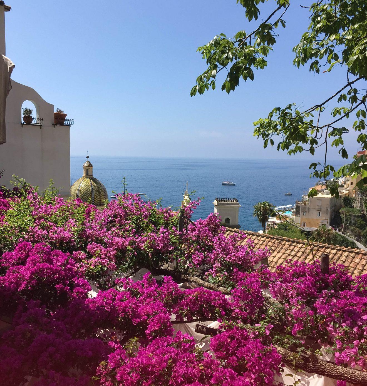Vue sur la mer et les fleurs depuis Amalfi