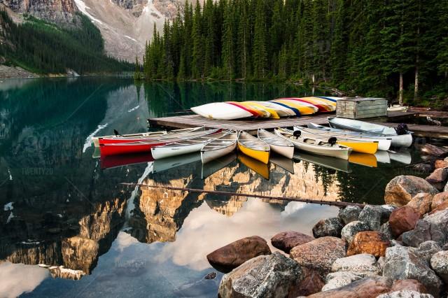 Canoe ammarés sur un lac