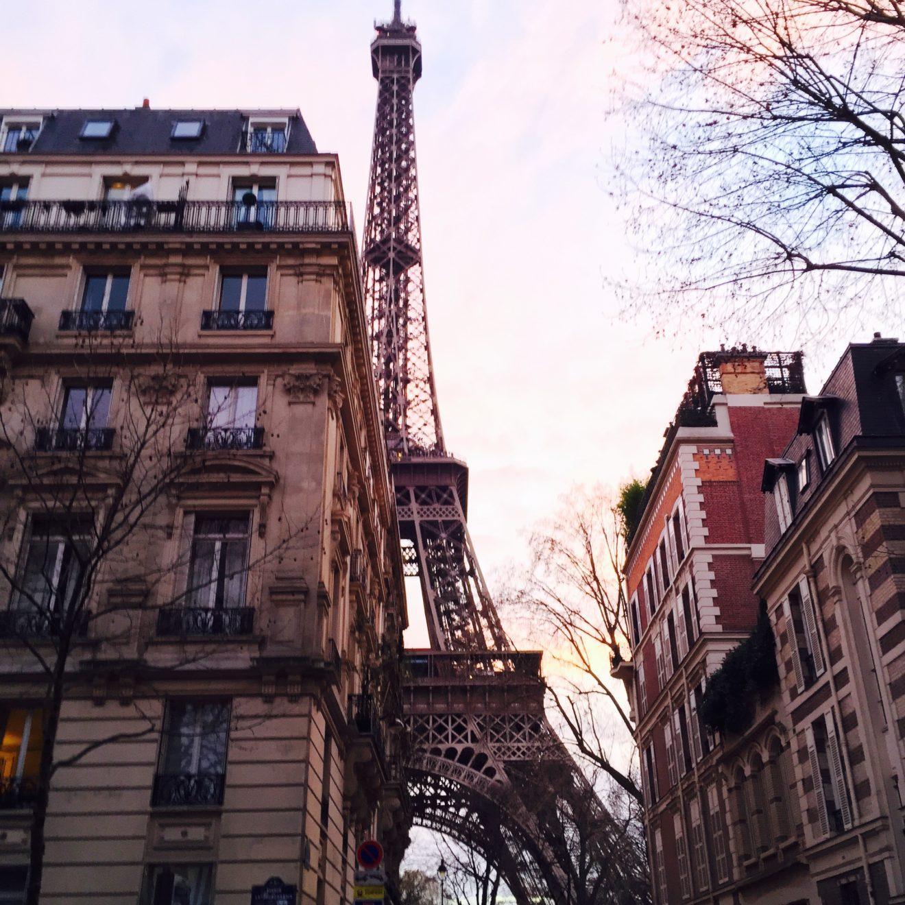 Tour Eiffeil derrière immeubles parisiens